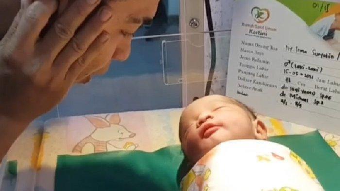 Detik-detik Dolly Lantunkan Azan ke Bayi Sapri Pantun