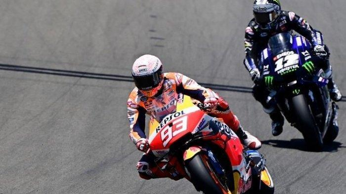 Pebalap Repsol Honda Marc Marquez (kiri) saat bertarung dengan pebalap Yamaha Monsters Energy Maverick Vinales dalam MotoGP Spanyol di Sirkuit Jerez, Minggu (19/7/2020).