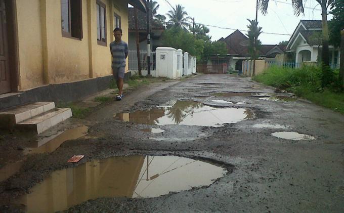 Jalan Kampung di Jalan Pulau Tidore Kelurahan Jagabaya 1 Rusak Parah