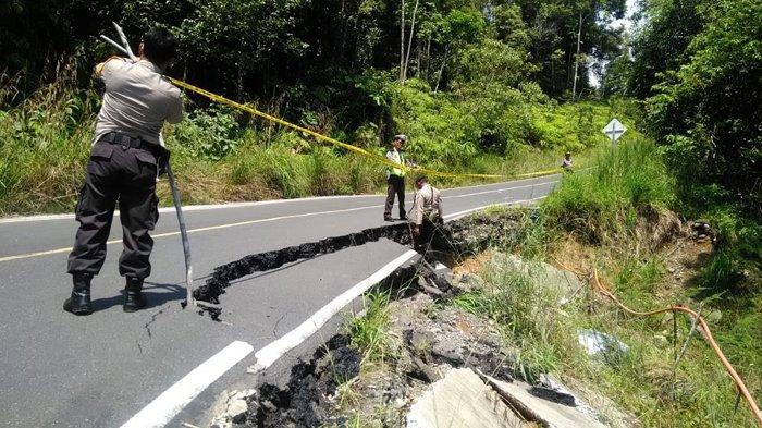 Jalan Lintas Barat Ambles, Polisi Pasang Police Line serta Pembatas Kayu, Lihat Foto-fotonya
