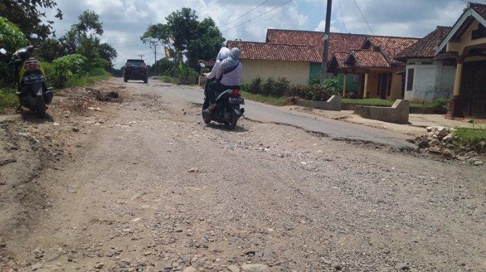 Ruas Jalan Provinsi di Pekon Sinar Waya, Adiluwih, Pringsewu Rusak Parah