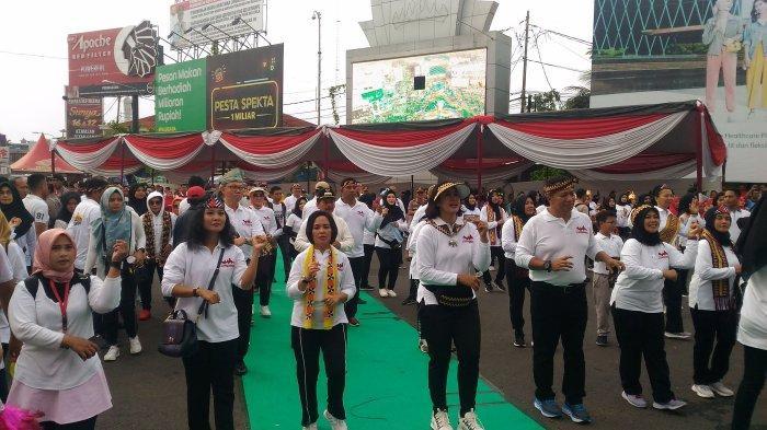 Ribuan Ibu Ikuti Jalan Sehat Keluarga di Tugu Adipura