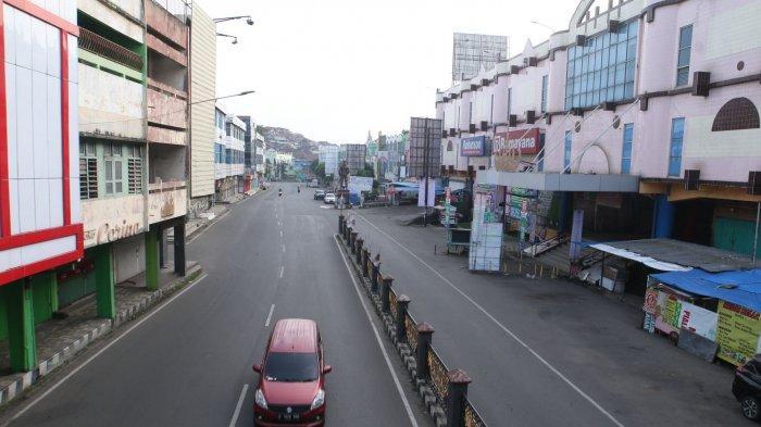 Suasana jalan protokol Bandar Lampung lengang di Jalan Raden Intan, Tanjungkarang, Kamis (13/5/2021).