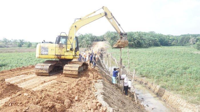 Jalan Tembus yang Dibangun TNI di Dente Teladas Lampung Dipasang Bronjong