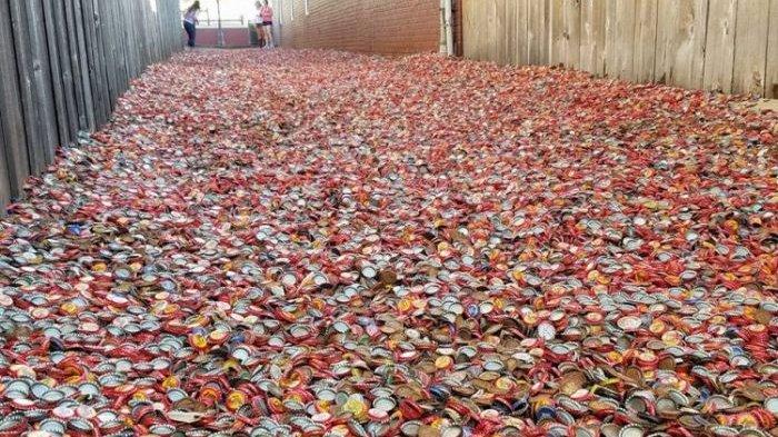 Unik, Jalanan Ini Ditutupi Jutaan Tutup Botol Soda