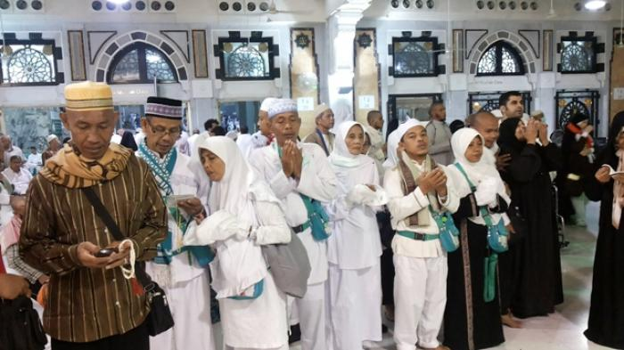 Jamaah yang Ingin Tawaf Ifadah Tunggu Bus Shalawat