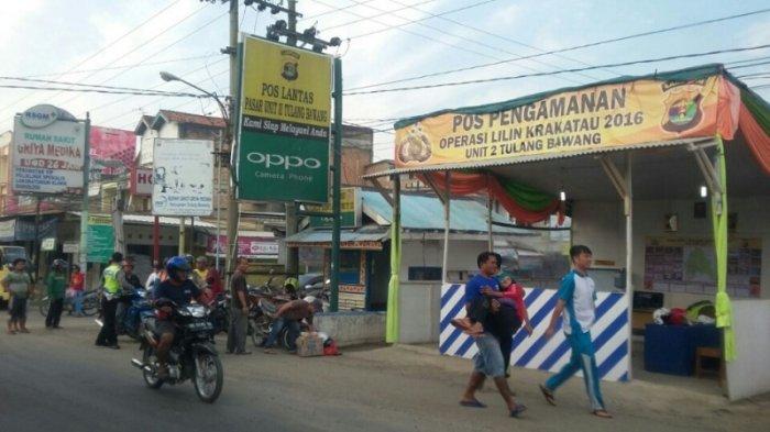 (FOTO) Wanita Pengendara Motor Jatuh dari Motor lalu Dibopong