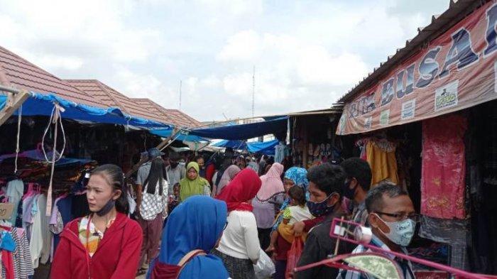 Jelang Lebaran, Pedagang Pakaian di Pasar Simpang Pematang Mesuji Diserbu Pembeli