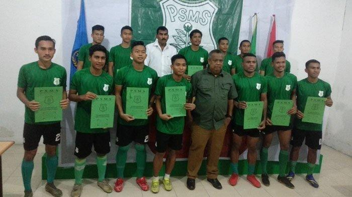 Ilustrasi foto - Manajer PSMS Mulyadi Simatupang didampingi Sekretaris Umum Julius Raja mengumumkan 13 pemain baru yang dikontrak, di sekretariat jalan candi Borobudur Senin (20/1/2020).