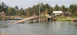 Anak-anak Sekolah Lintasi Jembatan Roboh di Atas Sungai
