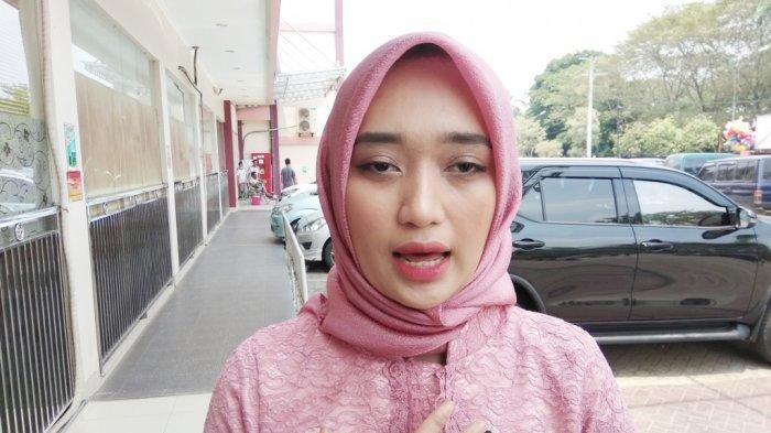 BREAKING NEWS - Jihan Nurlela Jenguk Bocah Korban Kecelakaan Maut di Tol Lampung