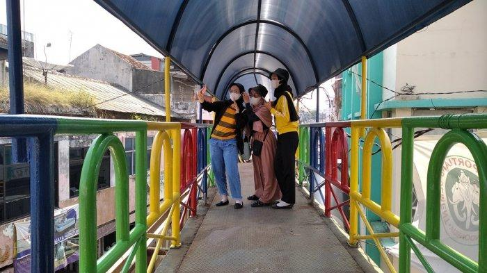 Dicat bak Pelangi, JPO Ramayana Bandar Lampung Jadi Spot Swafoto