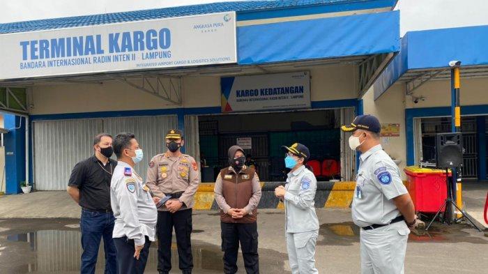 Kepala Jasa Raharja Lampung Margareth V.S. Panjaitan turut menjemput kedatangan dua Jenazah warga Lampung yang menjadi korban Sriwijaya Air SJ182 (SJ182) , Rabu (27/1/2021).