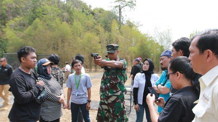 BERITA FOTO - Saat Jurnalis Lampung Diajari Memegang Senjata