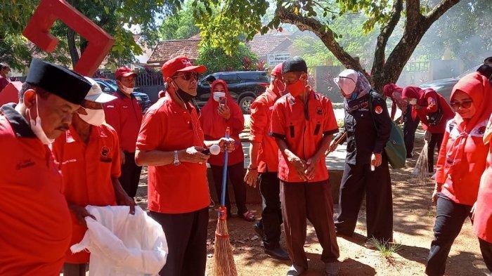 Peringati Hari Lahir Pancasila DPC PDIP Lamteng Gotong Royong Bersihkan Taman