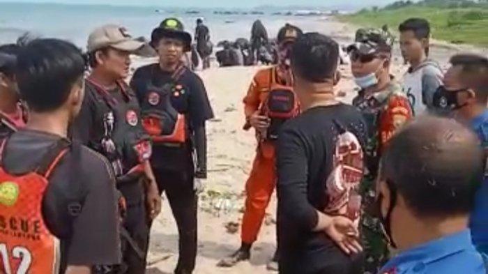 Kadis Kominfotik dan Camat Kalianda Saksikan Proses Pencarian Korban Tenggelam di Pantai Ketang