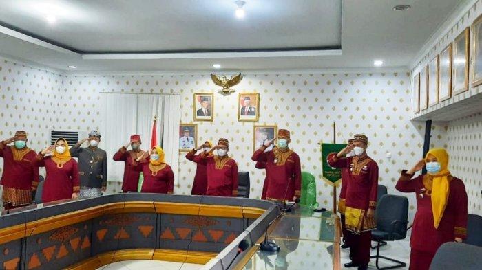 Pakai Baju Adat, Sulpakar Ikuti Upacara Hardiknas Bersama Menteri Nadiem Makarim