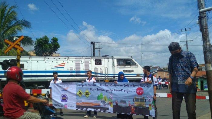 KAI Divre IV bersama Railfans Baradipta Sosialisasi Keselamatan Perlintasan Sebidang di Kotabumi