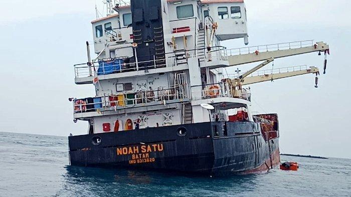 Kapal Angkut Logistik dari Sumatera Barat Kandas di Pulau Sebuku, Lampung Selatan