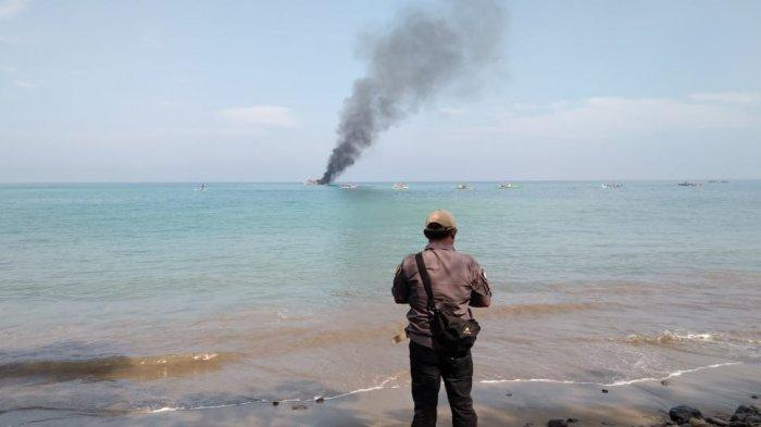 Gunakan Jaring Gardan, Kapal Pencari Ikan Dibakar Nelayan Batu Balai Tanggamus