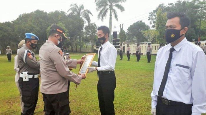 Kapolres Way Kanan Beri Penghargaan 4 Personel Berprestasi