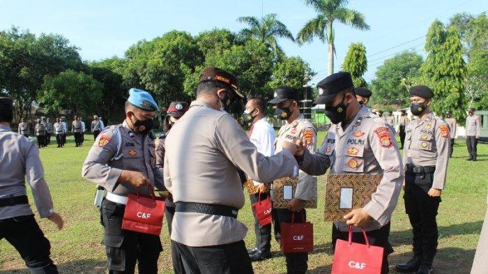 Kapolres Way Kanan Lampung Beri Penghargaan 10 Personel Berprestasi