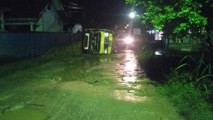 Karena Jalan Rusak, Truk Bermuatan Singkong Terguling di Kotabumi