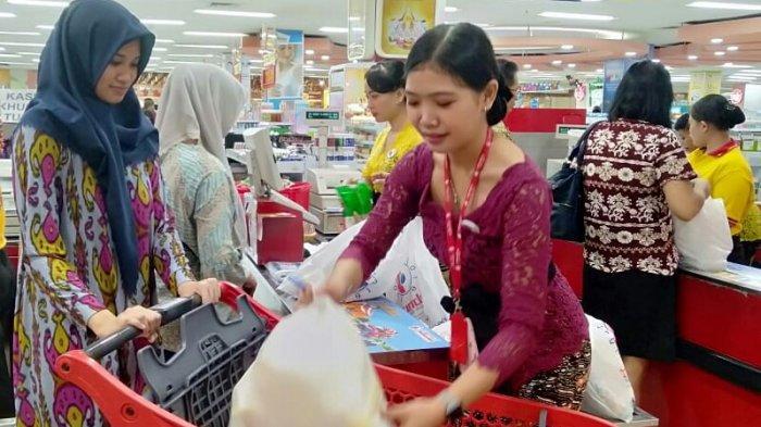 Peringati Hari Kartini, Karyawan Chandra Superstore Kenakan Kebaya dan Batik