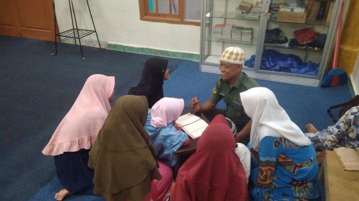 Babinsa Mengajar Anak -anak Mengaji di Masjid Nurul Ikhlas Kelurahan Srengsem