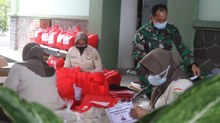 Peduli TNI, Kodim 0410 Bagikan Sembako kepada Warga yang Terdampak Akibat Pandemi Covid