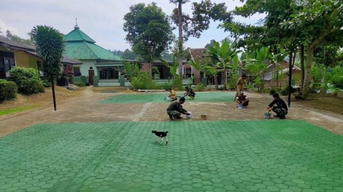 Karya Bakti TNI 2021, Serda Sumardiono Perbaiki Lapangan SDN 2 Batu Putuk