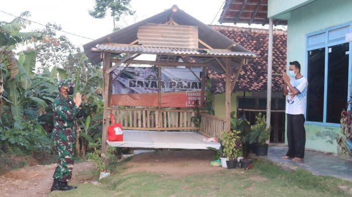 Bakti Sosial TNI, Romas Herlandes Bagikan Sembako pada Warga yang sedang Isolasi Mandiri