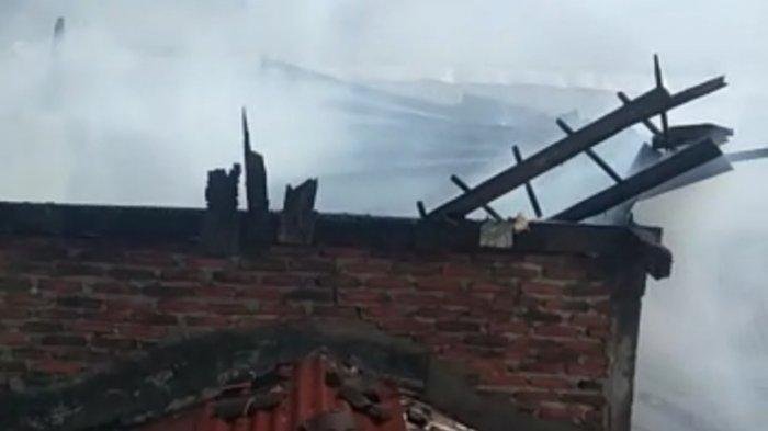 BREAKING NEWS Rumah di Pemukiman Padat Bandar Lampung Kebakaran, Warga Berhamburan Keluar Rumah