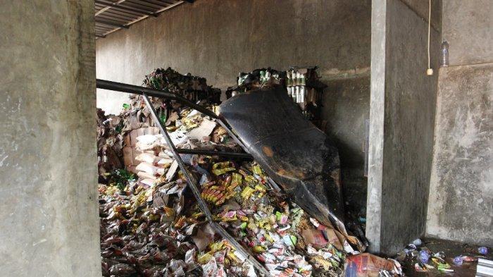 Kebakaran terjadi di sebuah gudang bahan makanan yang berada di Jalan Tupai, Gang Abadi, Kecamatan Kedaton, Bandar Lampung, Minggu (4/4/2021).