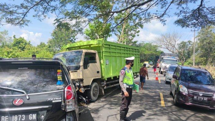 Petugas Satuan Lalu Lintas Polres Pesawaran melakukan olah TKP kecelakaan beruntun di Tegineneng, Pesawaran, Senin (12/4/2021).