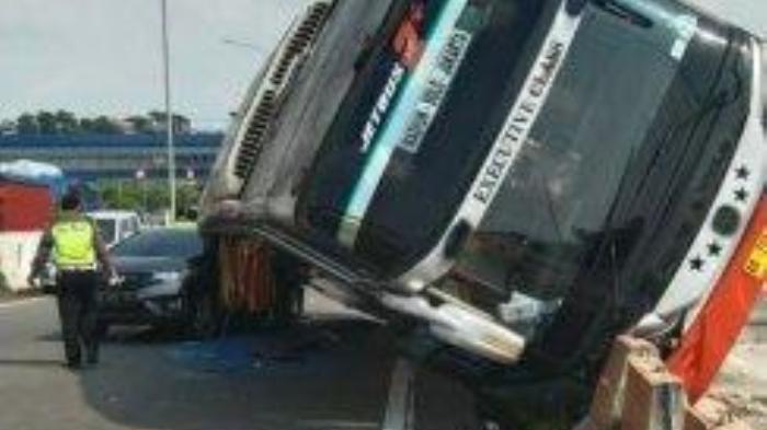 Bus Rosalia Indah Berisi 30 Penumpang Terguling Timpa Mobil Honda Jazz