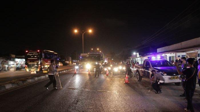 Polisi melakukan identifikasi di lokasi kecelakaan lalu lintas di Jalan Soekarno-Hatta (Bypass), Bandar Lampung, Senin (14/6/2021) petang. Kecelakaan mengakibatkan seorang pengendara sepeda motor tewas di tempat.