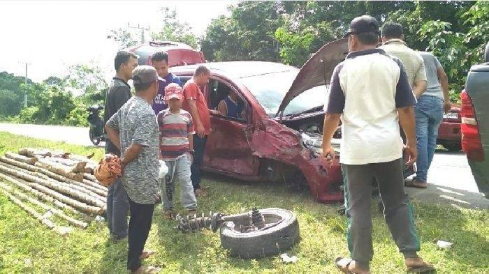 Kecelakaan di Jalinsum Avanza vs Mobilio, Ban Depan Sampai Terlepas