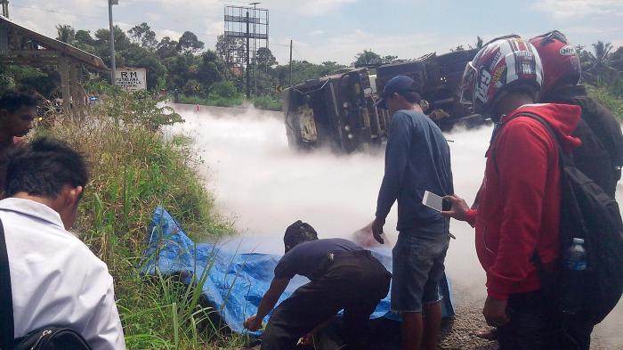 BREAKING NEWS: Rem Blong, Truk Tangki Bermuatan Oksigen Tabrak Pick Up dan Sepeda Motor