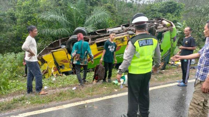 Kecelakaan di Jalintim Mesuji Lampung, Bus Penumpang Pecah Ban hingga Terguling di Sisi Kiri Jalan