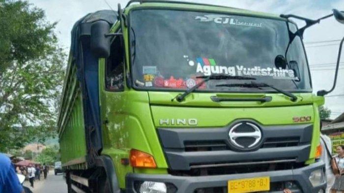 BREAKING NEWS Kecelakaan di Lampung Selatan, Remaja Bawa Motor Masuk Kolong Truk
