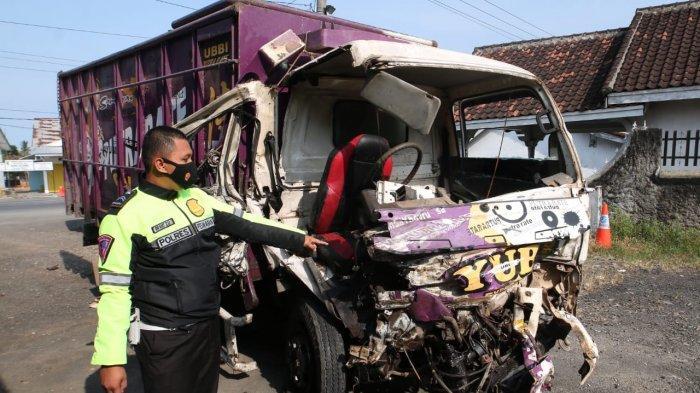Kecelakaan di Jalinteng Tegineneng, Truk Colt Diesel dan Tangki Bersenggolan gara-gara Lubang