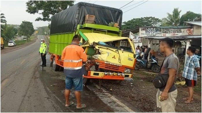 Kecelakaan 2 Mobil Truk di Banyuasin, Sopir Terjepit