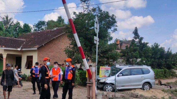 Kereta Babaranjang Tabrak Avanza di Lampung Selatan, Mobil Dikendarai Ibu Bersama 2 Anaknya