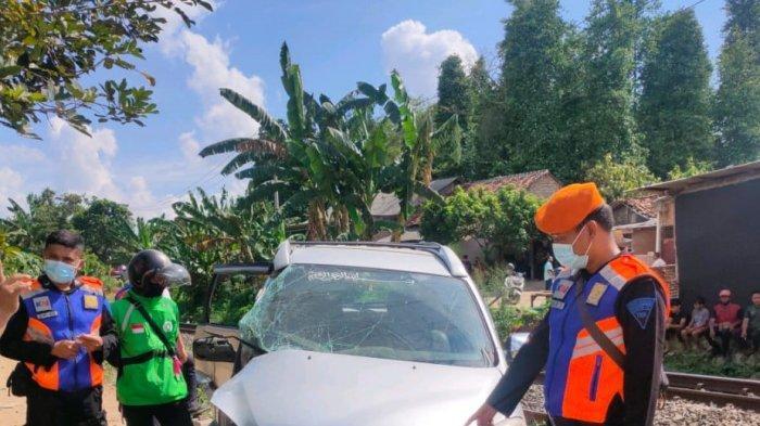 Sebuah mobil Toyota Avanza ringsek setelah ditabrak kereta Babaranjang di perlintasan tanpa palang pintu Jalan Sebiay, Desa Hajimena, Kecamatan Natar, Lampung Selatan, Jumat (28/5/2021).