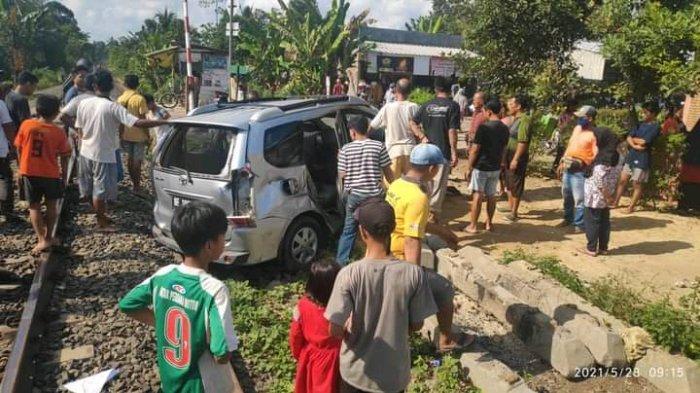 BREAKING NEWS KA Babaranjang Hantam Avanza di Natar Lampung Selatan, Mobil Terseret 8 Meter
