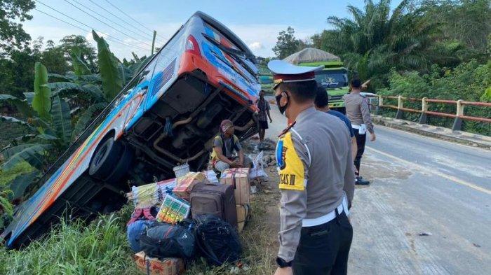 Kecelakaan Maut, Bus Rosalia Indah dan Truk Fuso Terperosok di Jalintim Mesuji, Sopir Bus Meninggal