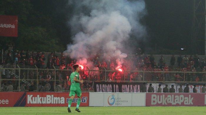Oknum Suporter Badak Lampung Nyalakan Flare, Kecewa Kalah atas Bhayangkara FC