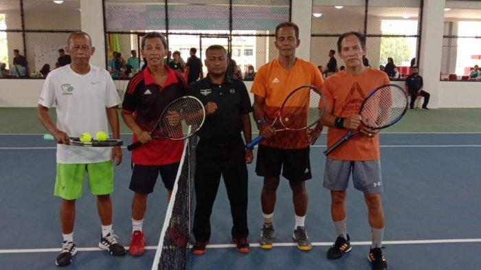 Pasangan asal Lampung Hario Wibowo/Mulyadi Kuat (kiri) berhadapan dengan unggulan pertama asal Sumatera Selatan Toni Gasper/Irianto Rusman di final Kejuaraan Tenis Veteran Se-Sumatera di Padang, Sumatera Barat, Minggu (11/4/2021). Laga itu dimenangkan Toni Gasper/Irianto Rusman dengan skor 8-2.
