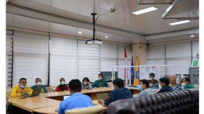 Achmad Ngirfan Serahkan Laporan Monev Unila